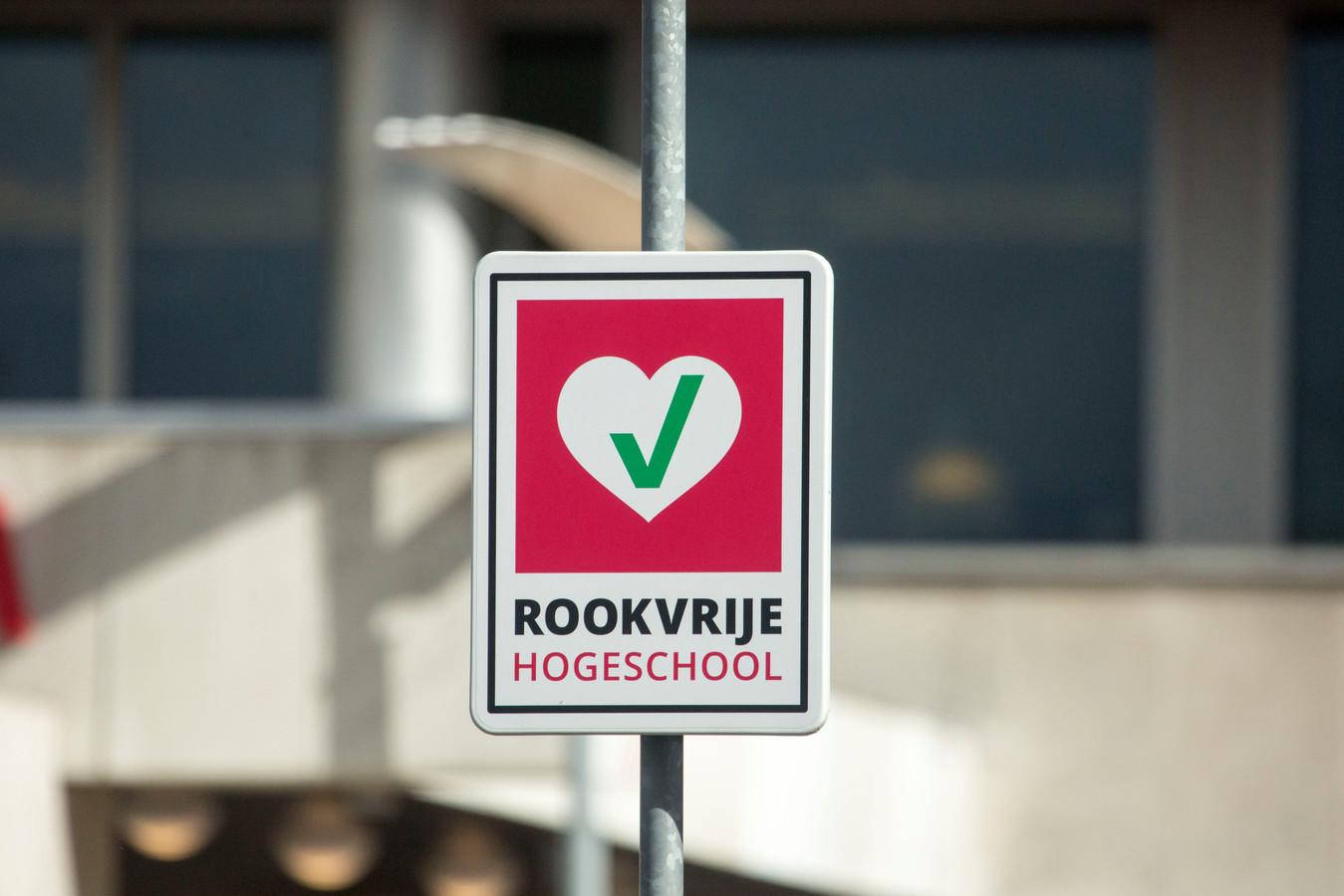 Scholen moeten vanaf augustus 2020 rookvrije schoolpleinen hebben.
