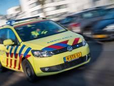 Auto raakt van de weg en komt op de kop in een droge sloot terecht: bestuurder gewond