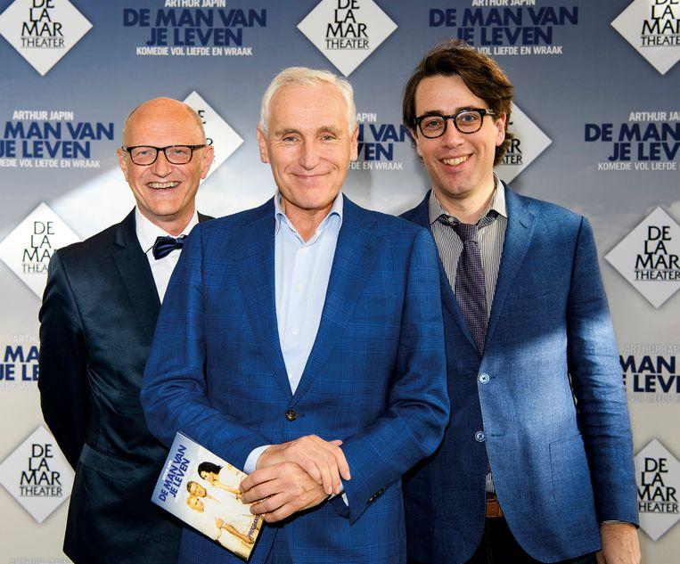 Arthur Japin met zijn levenspartners: uitgever Lex Jansen (l.) en de Amerikaanse schrijver Benjamin Moser. Beeld Roy Beusker