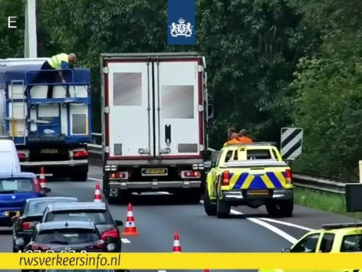 Ongeluk tussen twee vrachtwagens op A67 bij Geldrop, rechterrijstrook dicht