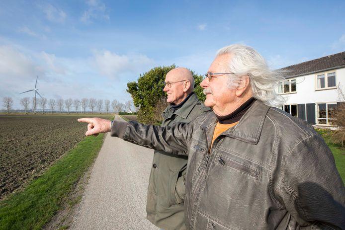 Jos de Rooij (links) en Adrie Vogelaar zijn tegen een 200-meter hoge windmolen die op zo'n 800 meter van hun huizen zijn gepland. Ook de families Zwijnenburg en Goense willen dat deze turbine aan de Bathseweg wordt geschrapt.