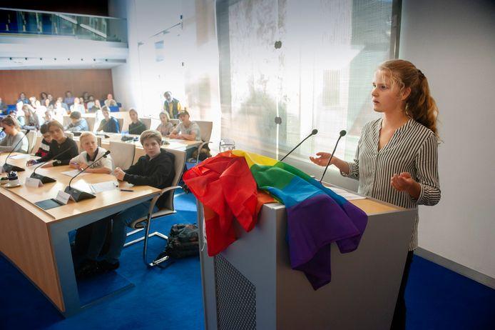 Bijeenkomst van het Bossche Jeugdparlement in de raadszaal van het gemeentehuis van Den Bosch. Jade van den Berg van het Stedelijk Gymanasium houdt een betoog over seksuele diversiteit.