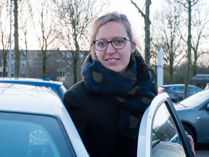 Karen den Boer uit Koudekerk parkeert haar auto op het parkeerterrein van De Herenhof, om per bus door te reizen.