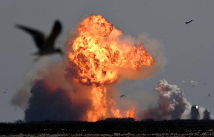 Een raket van SpaceX ontploft tijdens de landingspoging in Boca Chica.