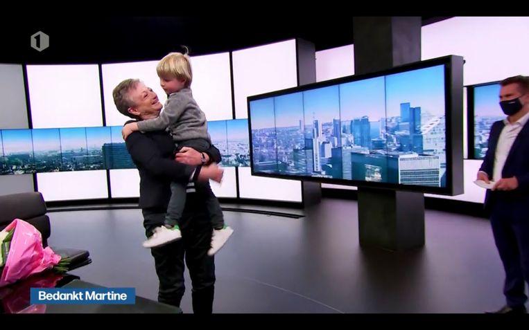 Wim De Vilder brengt kleinzoon Max naar binnen. Beeld VRT