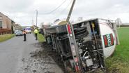 Vrachtwagen zakt weg in berm