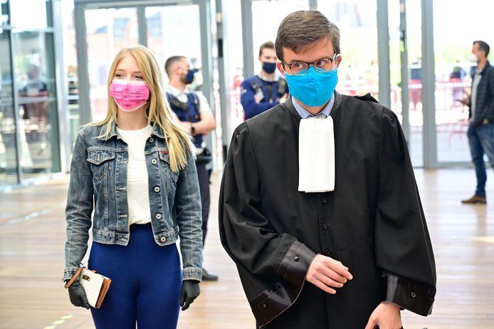 Selena Ali en haar advocaat stappen naar de zittingszaal in het Antwerpse justitiepaleis.