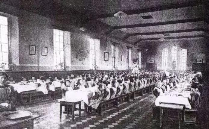 De eetzaal van het weeshuis in 1864.