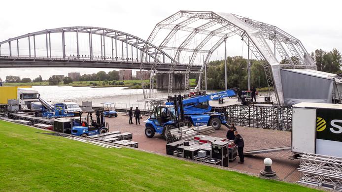 Opbouw evenement Bridge to Liberation Experience aan de Rijnkade in Arnhem. Op de achtergrond de John Frostbrug.