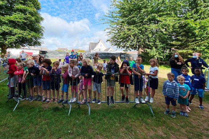 De moni's van speelplein Tweeper in Erpe-Mere kregen fijne attenties van gemeente, kinderen en ouders.