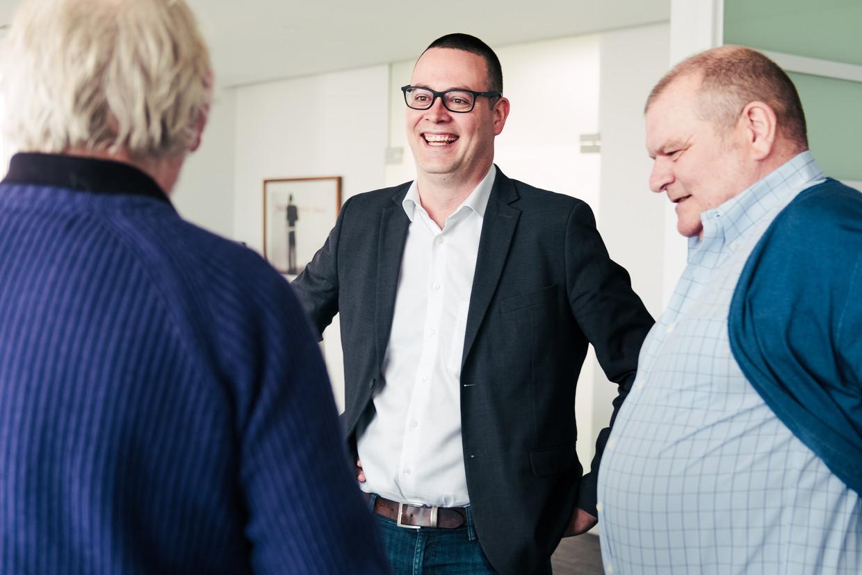 Raoul Hedebouw (PVDA) in gesprek met Gui Polspoel en Yves Desmet. Beeld Damon De Backer