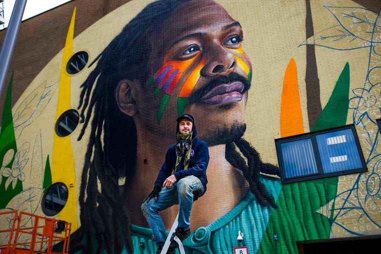 De Nederlandse songfestivalkandidaat Jeangu Macrooy is vereeuwigd op een levensgrote muurschildering.  Beeld Arie Kievit
