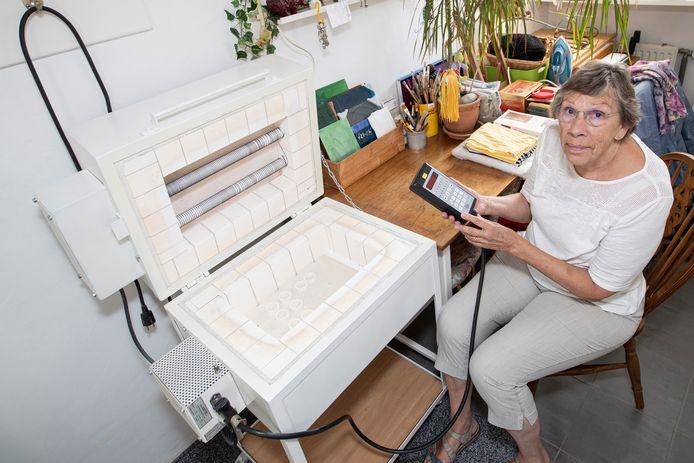 Yvonne Brandt (75) uit Holten biedt haar op maat gemaakte glasoven aan.
