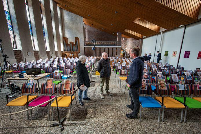 De Protestantse Gemeente nam in juni vorig jaar afscheid van kerkcentrum De Voorhof. Daarbij waren foto's van kerkgangers op hun vaste plek te zien.