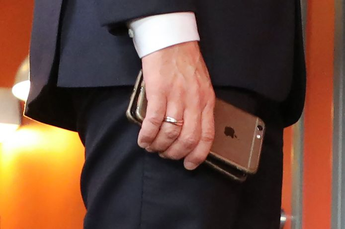 Emmanuel Macron et ses téléphones portables.