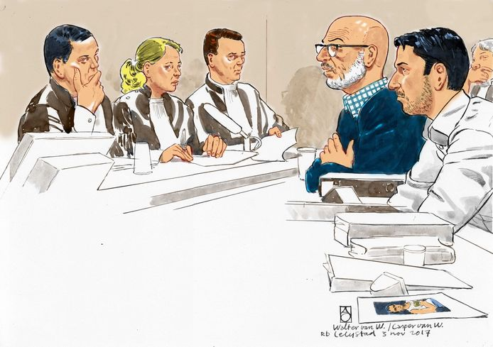 Walter van W. (tweede van rechts) en zijn zoon Casper van W. (geheel rechts) in de rechtbank van Lelystad tijdens de rechtszaak in november 2017 waarbij beiden werden veroordeeld.