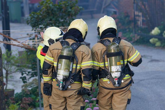 Er wordt met man en macht gewerkt om de brand te blussen.