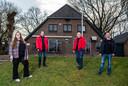 De Boerderij in Beekbergen bestaat deze maand 50 jaar. Na hoge pieken, maar ook hele diepe dalen staat het uitgaansbegrip uit de regio nog steeds overeind. Op de foto van links naar rechts: de vrijwilligers Sjeren van Loenen, Len Grootherder, Erik Keuterink en Frank van den Berg.