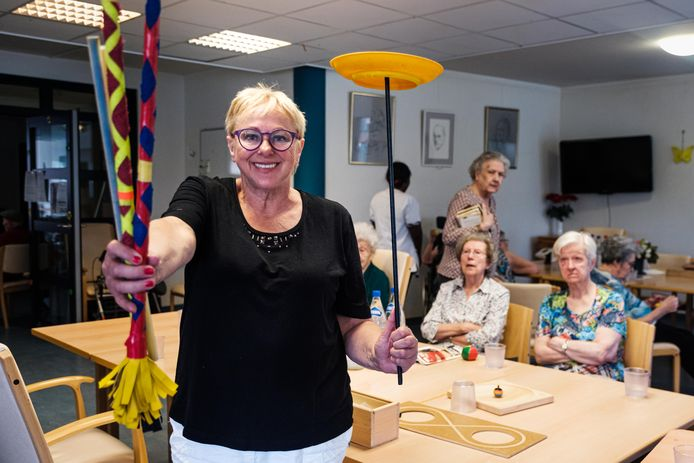 Gera de Leeuw geeft al tien jaar circusworkshops aan mensen met dementie.