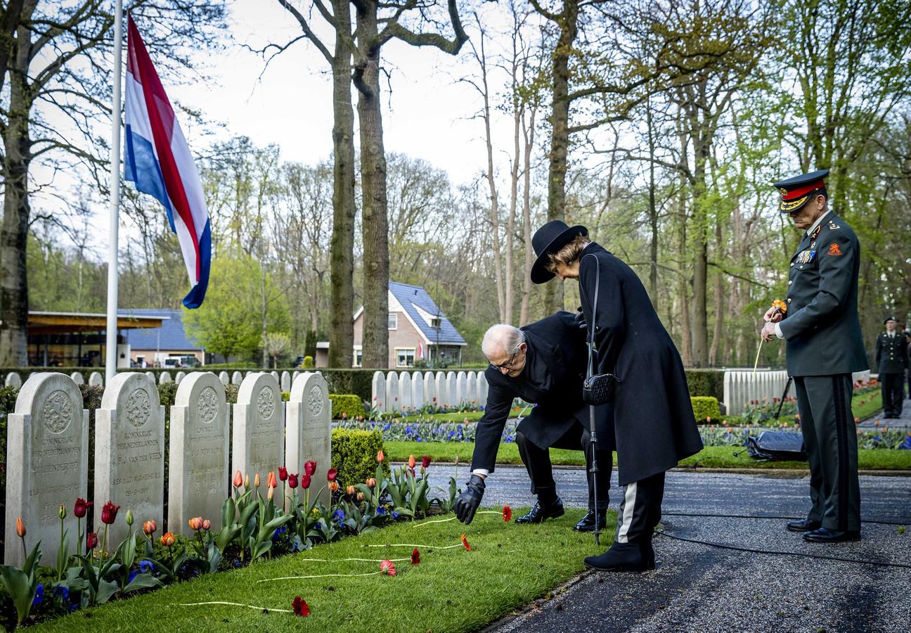 Prinses Margriet en haar man Pieter van Vollenhoven leggen met generaal-majoor R.J. Jeulink (plaatsvervangend Commandant Landstrijdkrachten) een bloem bij een graf op het Militair Ereveld Grebbeberg tijdens de Nationale Militaire Dodenherdenking.