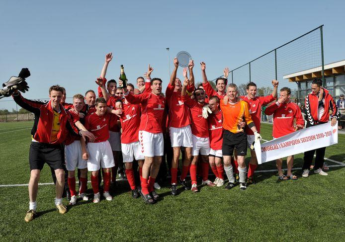 Het vaandelteam van Tongelre viert in 2011 de laatst behaalde hoofdprijs, een kampioenschap in de vijfde klasse.