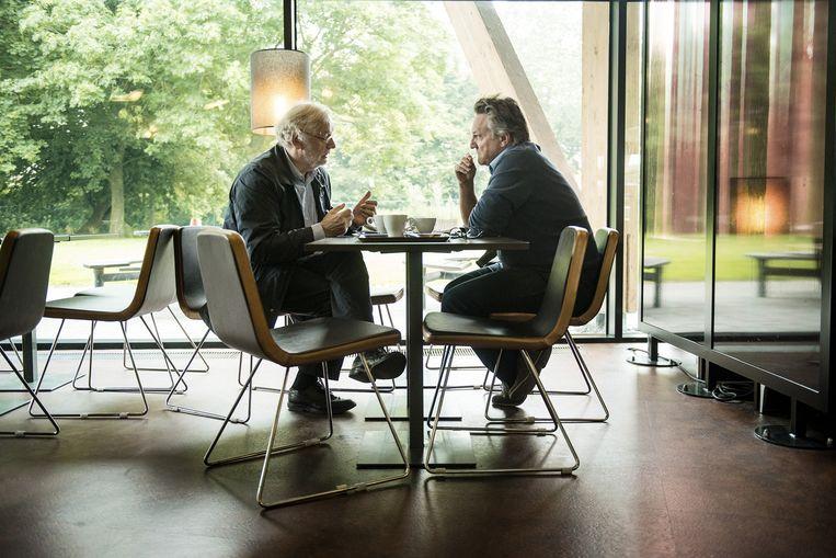 Rik Van Cauwelaert aan tafel bij De Morgen-journalist Joël De Ceulaer. Beeld Eric De Mildt