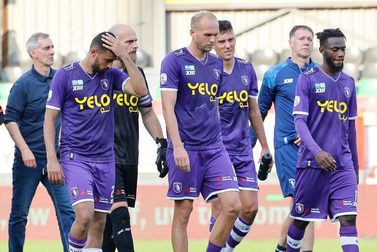 De Beerschot-spelers druipen teleurgesteld af. Beeld Photo News