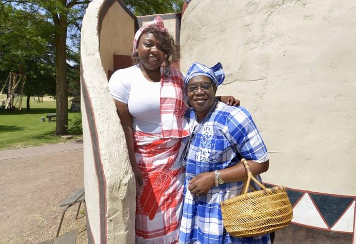 Graciëlle Panka (41) en Renette van Bossé-Seedorf in het Afrikamuseum. foto DG