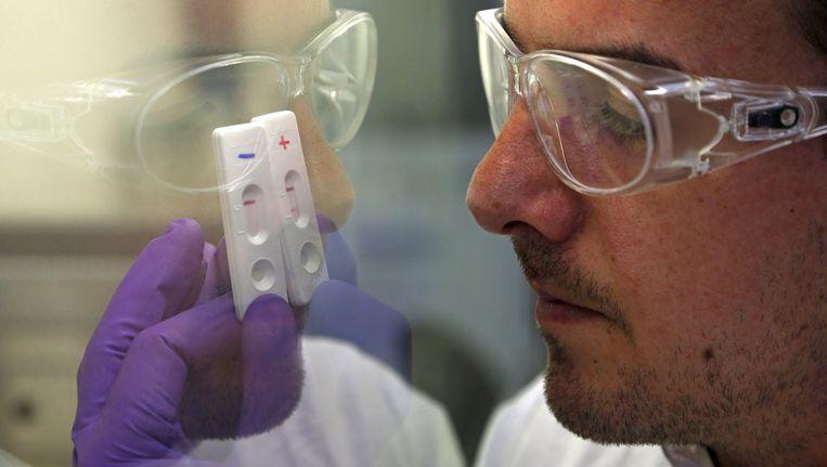 Nieuwe test spoort ebola op aan de hand van enkele druppels bloed. Beeld REUTERS
