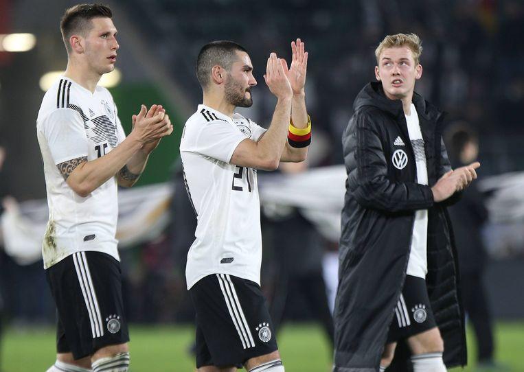 Duitse spelers bedanken het publiek na de wedstrijd tegen Servië. Beeld BSR Agency