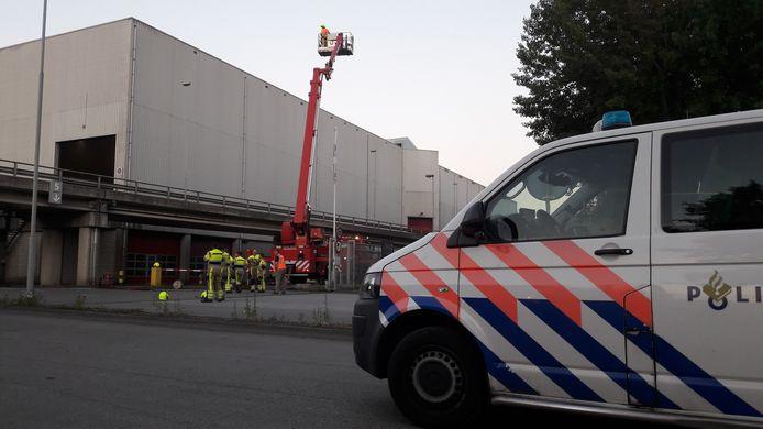 Hulpdiensten ter plaatse bij ARN in Weurt, waar brand ontstond.