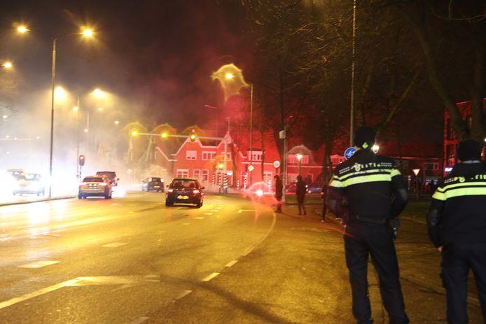 Politieagenten aan de rand van de Graafsewijk in Den Bosch, maandagavond.