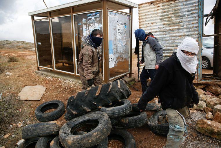 Mannen zijn bezig met de ontruiming van Amona. Beeld reuters