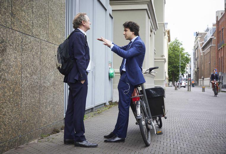 Jesse Klaver en Bram van Ojik  bij de ingang van de Tweede Kamer . Beeld ANP - Martijn Beekman
