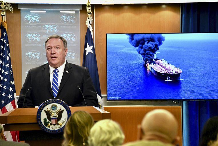 Minister van Buitenlandse Zaken Mike Pompeo met een foto van het schip Front Altair, een van de twee aangevallen olietankers. Volgens de VS zit Iran achter de aanval. Beeld Photo News