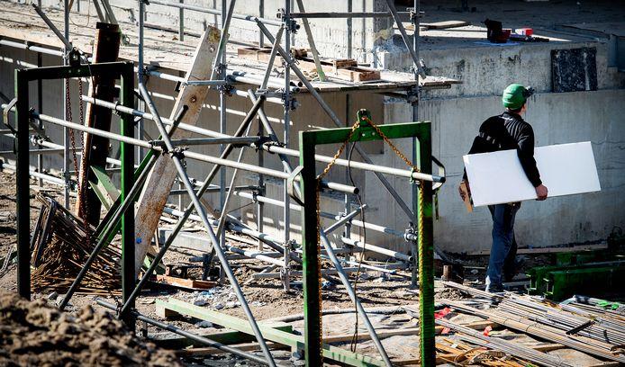 Een bouwvakker aan het werk op een bouwplaats