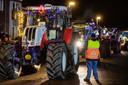 Zo'n zestig verlichte tractoren tuften door de straten van Biddinghuizen.