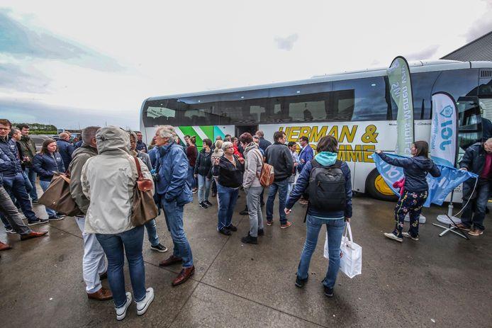 De bus werd deze ochtend geladen en daarna stapte iedereen op.