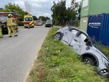 Auto rijdt sloot in door aanrijding in Maasdijk, bestuurder met spoed naar ziekenhuis