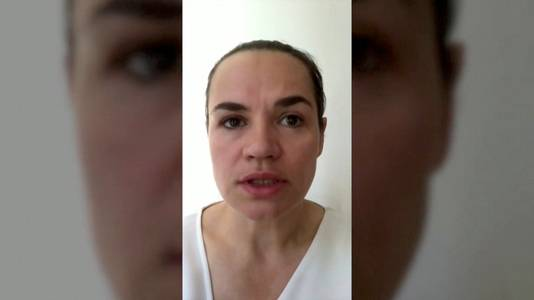 Svetlana Tichanovskaja in de opgenomen video.