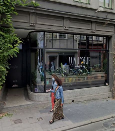 Une femme surprise en train d'uriner en plein jour dans l'entrée d'un restaurant gantois