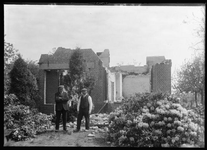 Het verwoeste huis van de familie Van de Akker aan de Liendertsesteeg, gelegen in de toen nog zelfstandige gemeente Hoogland.