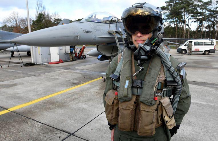 Een Belgische gevechtspiloot voor een F-16. Beeld Photo News