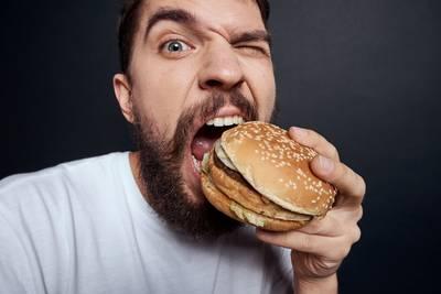 dit-is-waarom-je-beter-een-hamburger-kunt-eten-dan-een-salade-als-je-ziek-bent