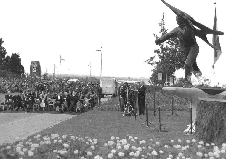 De onthulling van het Nijmeegse Jan van Hoof-monument in 1954, ter ere van de verzetsstrijders tijdens de Tweede Wereldoorlog. Beeld Hollandse Hoogte/ANP
