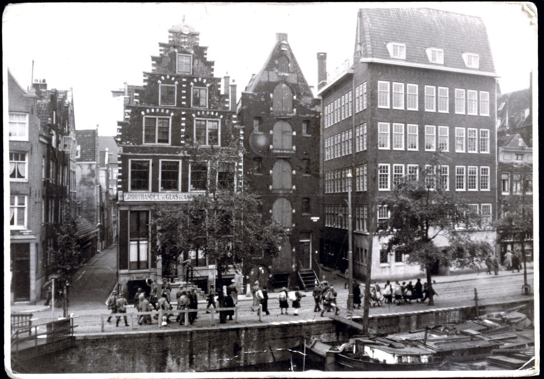 Razzia op de Geldersekade in Amsterdam, 23 mei 1943. Beeld Herman J. Wijnne, Anne Frank Stichting