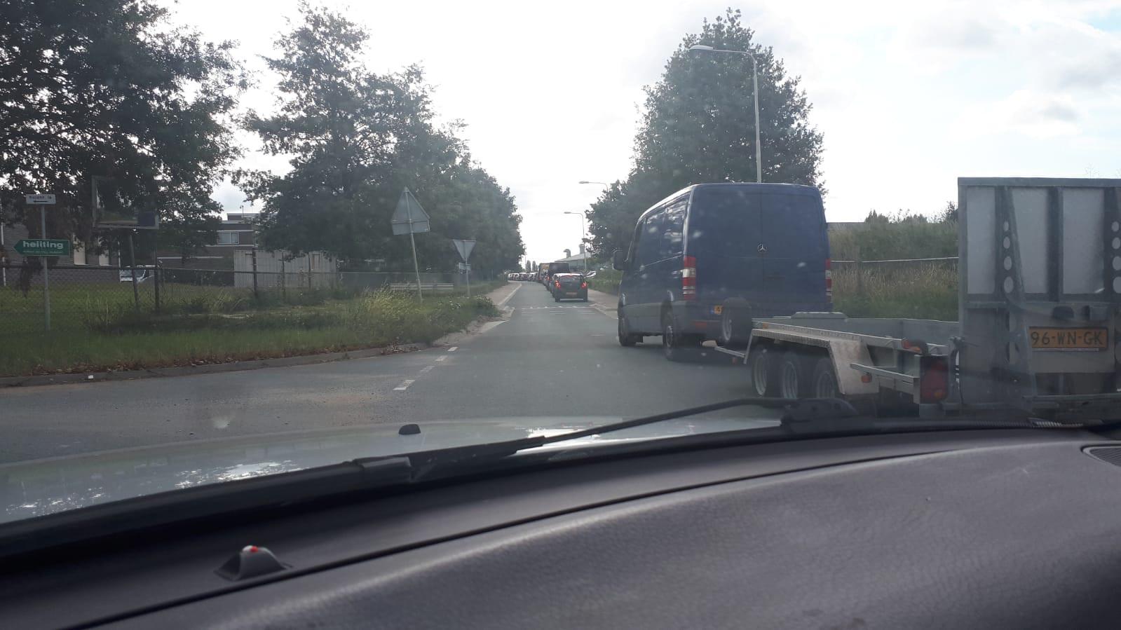 Bij het Looveer in Huissen staat een lange rij. Het veer is een alternatief voor de afgesloten Pleijroute bij Arnhem.