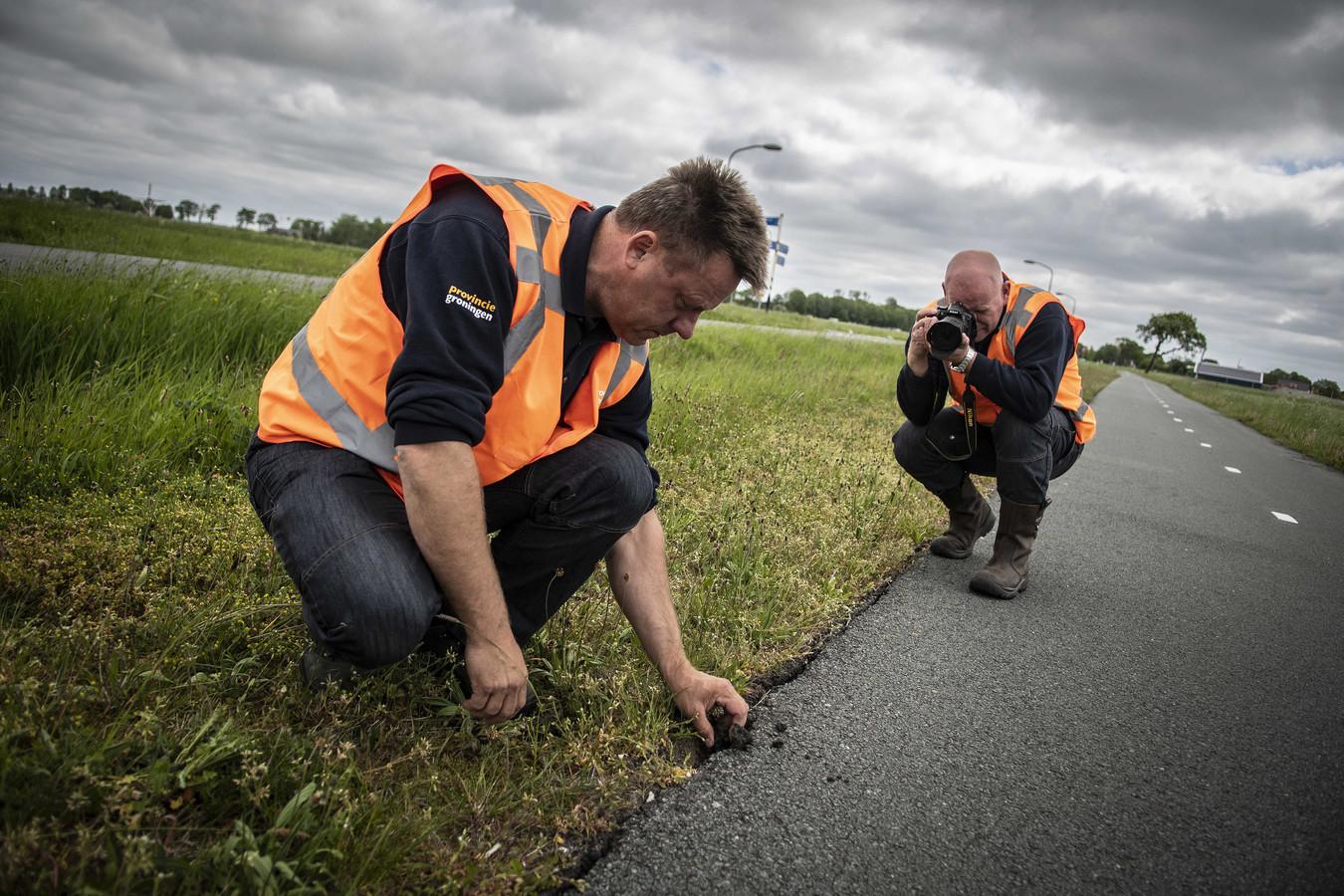 Controle van wegen en bruggen in Westerwijtwerd door inspecteurs van de provincie.