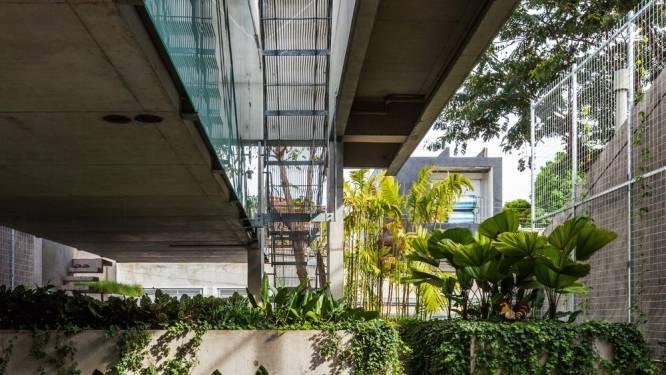 Bizar: huis hangt (deels) boven de tuin en zit onder het zwembad