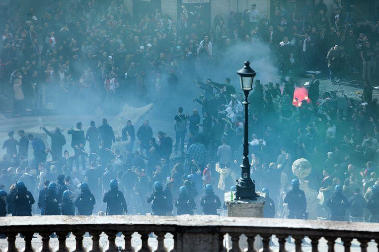 De grootste groep Feyenoordfans werd opgepakt op Campo de' Fiori, in het oude centrum van de Italiaanse hoofdstad. Honderden voetbalfans werden daar rond 22.00 uur uiteengedreven tijdens rellen met de politie. Beeld epa